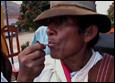 Prohíben práctica de masticar hoja de coca en Perú y Bolivia